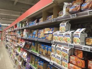 Gôndola de biscoitos com destaques para BelVita e Cookies